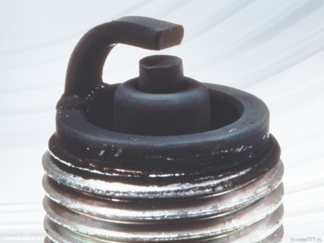 Черный сухой нагар на электродах свечи зажигания ВАЗ-2114