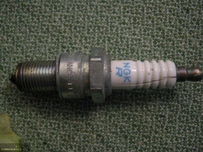 Свеча зажигания ВАЗ-2114 с лопнувшим изолятором