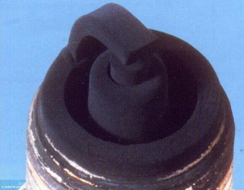 Свеча зажигания залитая бензином при богатой топливной смеси на ВАЗ-2114