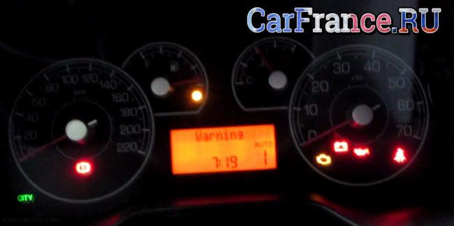 Индикатор температуры двигателя на Фиат Гранде Пунто в среднем положении