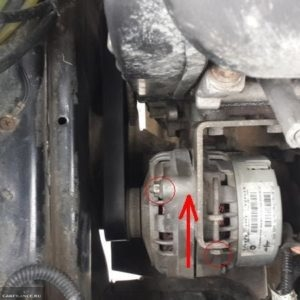 Верхний болт крепления генератора к двигателю ВАЗ-2114