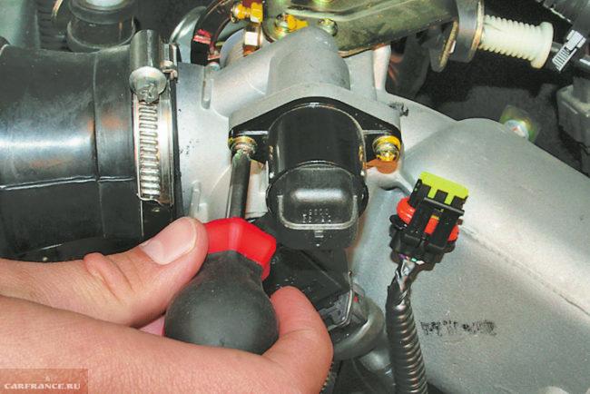 Процесс демонтажа регулятора холостого хода ВАЗ-2114