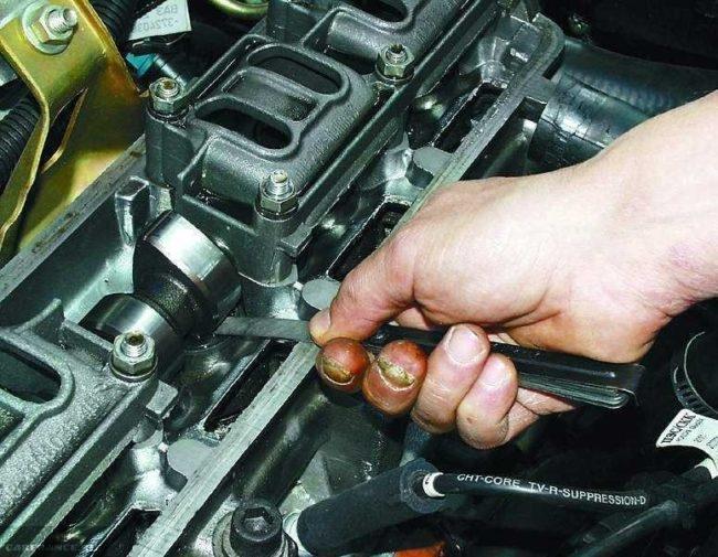 Процесс проверки теплового зазора клапанов с помощью щупа на ВАЗ-2115