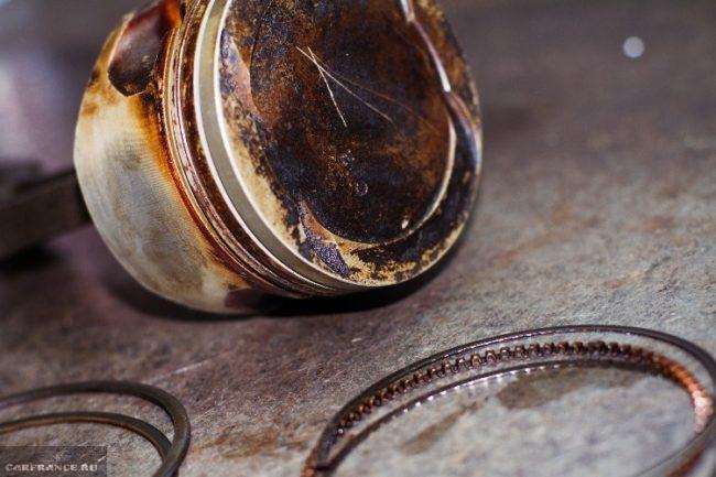 Компрессионные и маслосъёмные кольца и поршень двигателя