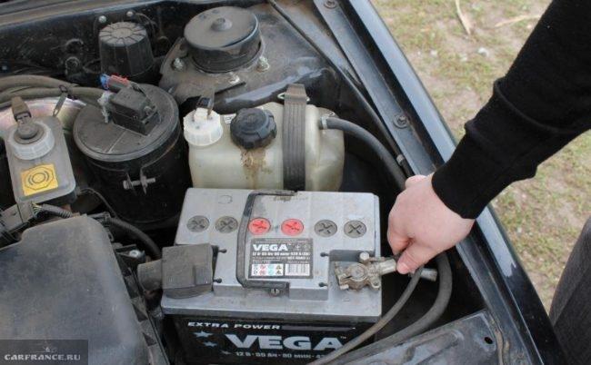 Установленная аккумуляторная батарея и моторный отсек ВАЗ-2114