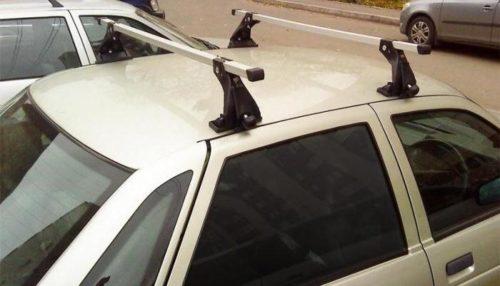 На крыше ВАЗ-2110 закреплен наружный багажник