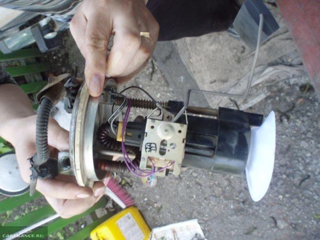 Процесс очистки диафрагмы бензонасоса ВАЗ-2110 и замена сеточки