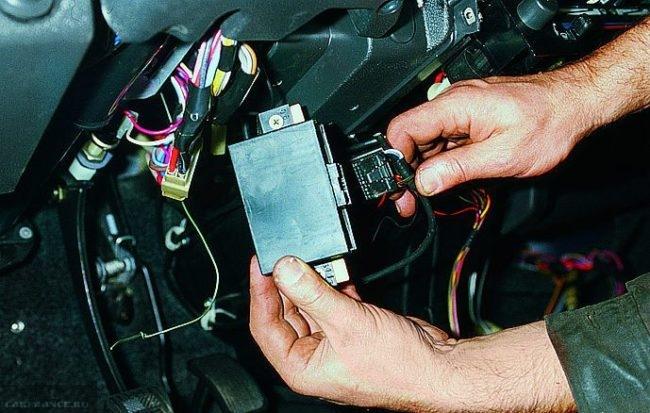Демонтированный блок иммобилайзера и жгут проводов на ВАЗ-2114 крупным планом