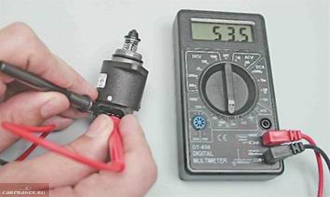 Измерение сопротивления между клеммами регулятора холостого хода ВАЗ-2114