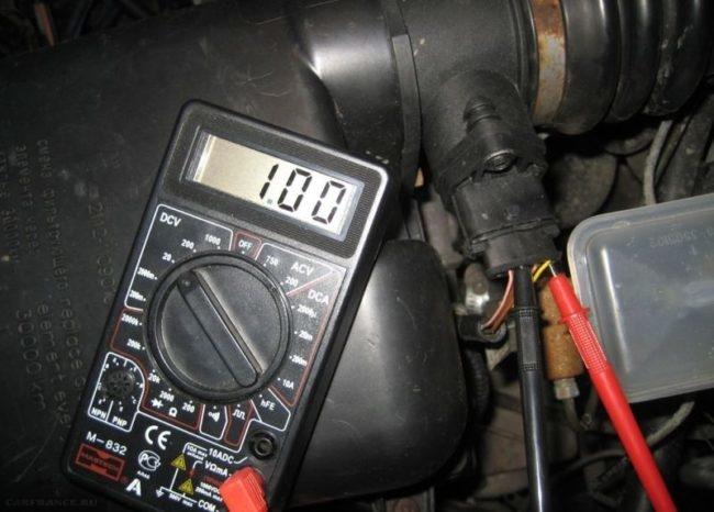 Процесс проверки ДМРВ на ВАЗ-2110 с помощью мультиметра