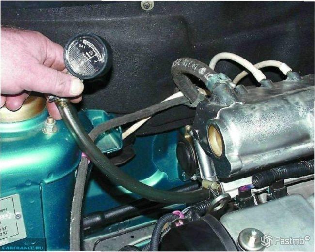 Процесс измерения давления топлива на ВАЗ-2110 с помощью манометра
