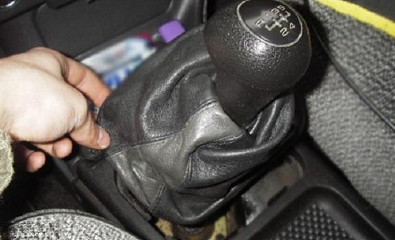 Демонтаж кожуха ручки КПП ВАЗ-2114