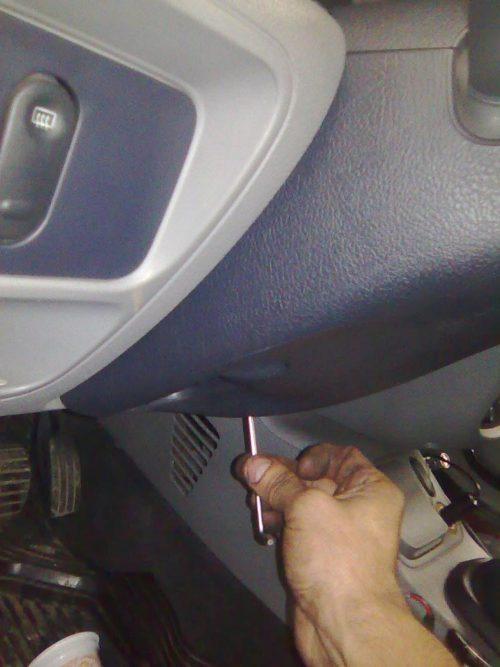 Ключом Торкс Т20 откручиваются саморезы кожуха рулевой колонки Рено Симбол