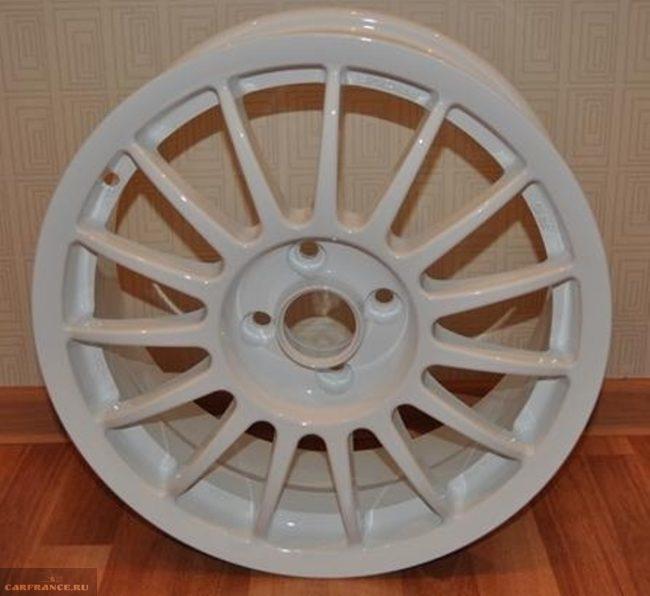 Белый диск ВАЗ-2114 крупным планом