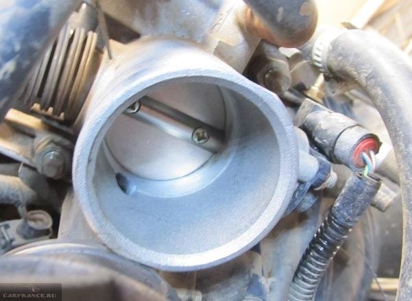 Процесс чистки дроссельной заслонки ВАЗ-2114