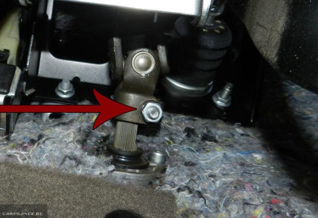 Гайка на болте хомута кардана рулевой рейки на ВАЗ-2114