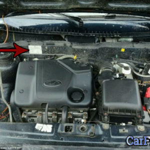 Идентификационная табличка с номером двигателя под капотом ВАЗ-2114