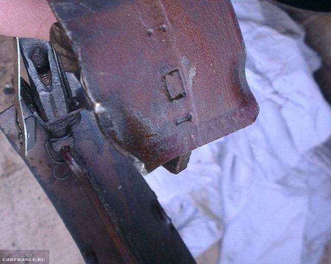 Изношенная тормозная колодка на Рено Симбол вблизи
