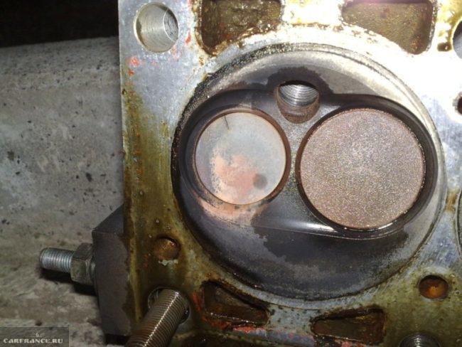 Прогоревший выпускной клапан на ВАЗ-2110 вблизи