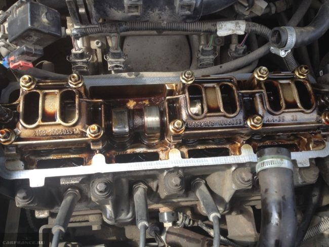 Кулачки и клапана на двигателе ВАЗ-2114 вблизи