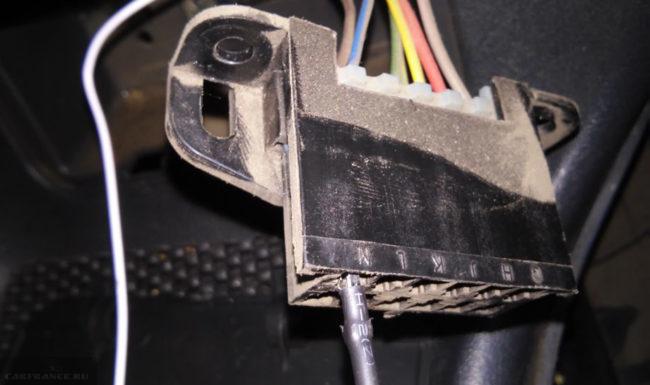 Колодка диагностического разъёма и провод бортового компьютера на ВАЗ-2114