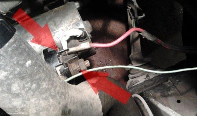 Процесс зачистки минусовой клеммы втягивающего реле стартера ВАЗ-2114