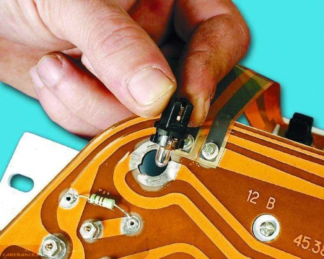 Демонтаж лампочки панели приборов ВАЗ-2114