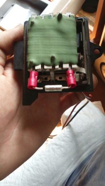 Блок резисторов печки Рено Симбол вблизи