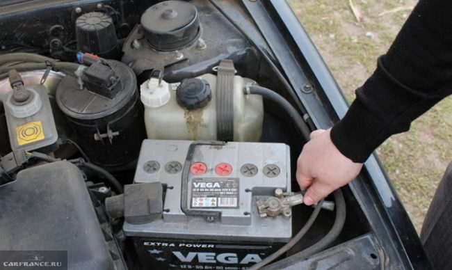 Процесс отсоединения минусовой клеммы аккумулятора на ВАЗ-2114