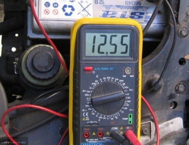 Процесс измерения напряжения на клеммах фар ВАЗ-2114