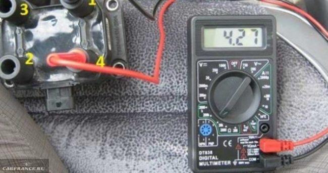 Процесс проверки напряжения на колодках модуля зажигания ВАЗ-2114