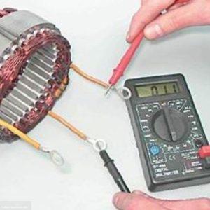 Процесс проверки целостности обмоток статора ВАЗ-2114 мультиметром