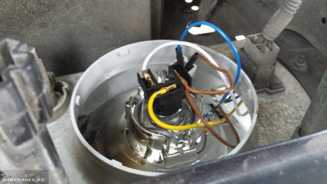 Осмотр проводки на лампе в фаре ВАЗ-2114