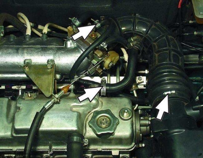 Демонтируем шланги вентиляции картера и вакуумного усилителя тормозов на ВАЗ-2114