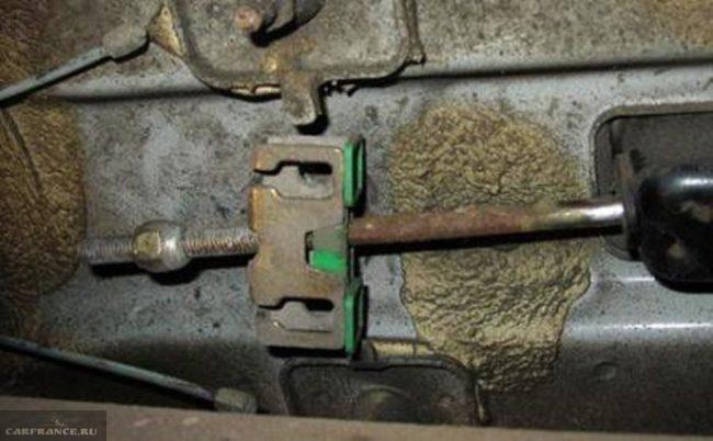 Регулировочный болт ручника Рено Симбол, вид из-под машины