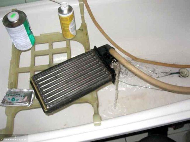 Процесс промывки радиатора отопителя Рено Симбол дистиллированной водой
