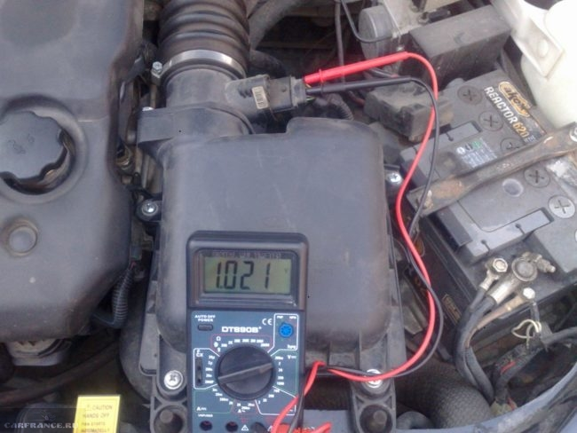 Процесс измерения напряжения на клеммах датчика массового расхода воздуха ВАЗ-2114