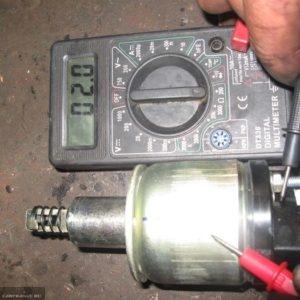 Процесс проверки втягивающего реле ВАЗ-2114 на целостность с помощью мультиметра