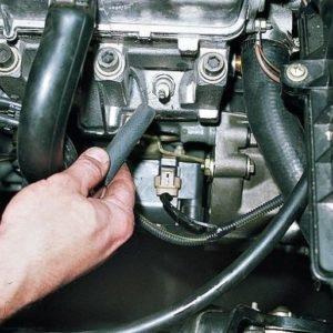 Процесс демонтажа высоковольтных проводов на ВАЗ-2114
