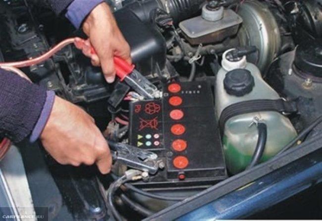 Присоединение клемм пуско-зарядного устройства к клеммам аккумулятора на ВАЗ-2114