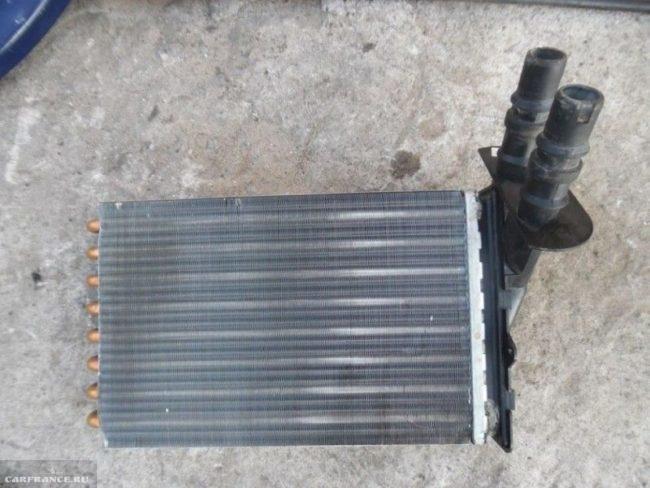 Новый радиатор отопителя Рено Симбол вблизи