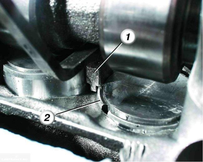 Процесс демонтажа регулировочной шайбы клапана ВАЗ-2114