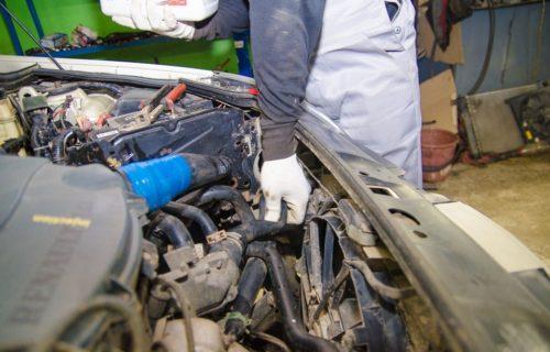 Процесс удаления воздушных пробок из системы охлаждения Рено Симбол