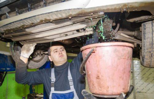 Процесс слива старой охлаждающей жидкости на Рено Симбол