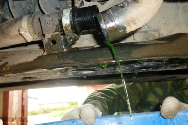 Процесс слива антифриза на ВАЗ-2114