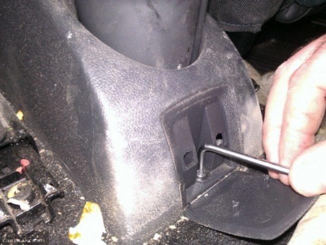 Демонтаж пластиковой накладки ручника Рено Симбол