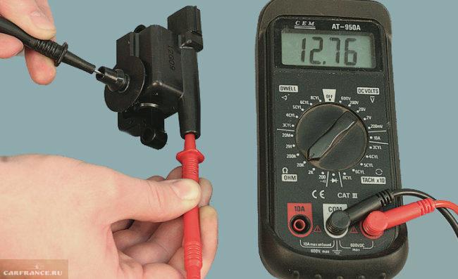 Процесс проверки сопротивления модуля зажигания ВАЗ-2114 мультиметром