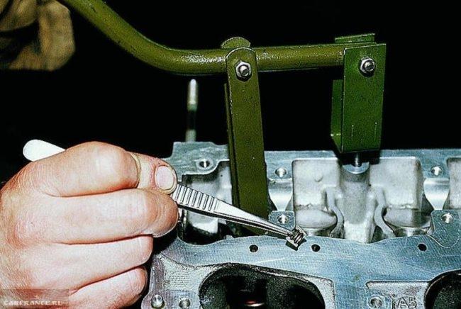 Процесс демонтажа верхней и нижней тарелки клапана ВАЗ-2114