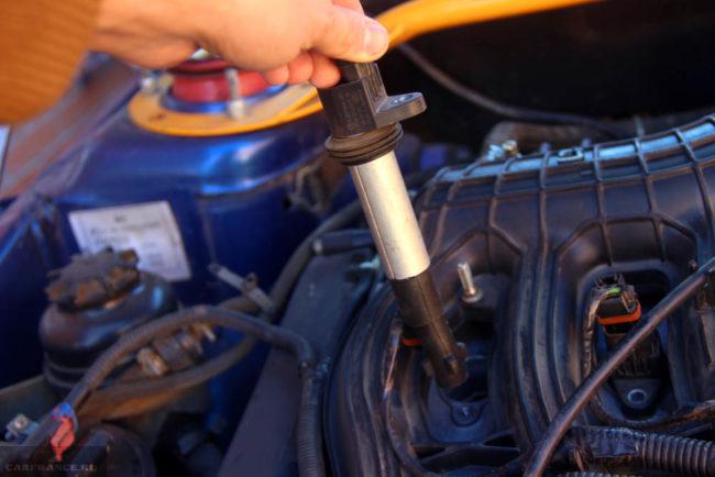 Свеча зажигания выкрученная из двигателя ВАЗ-2114