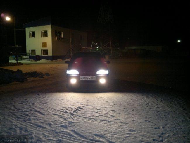 ВАЗ-2114 ночью с включенными противотуманными фарами